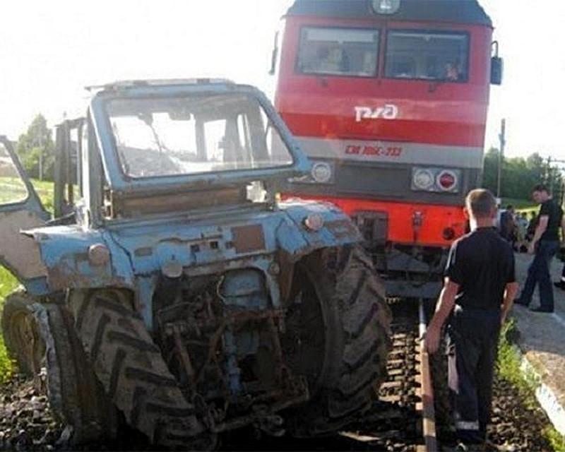 Тракторист из Адыгеи скончался на месте при столкновении с поездом
