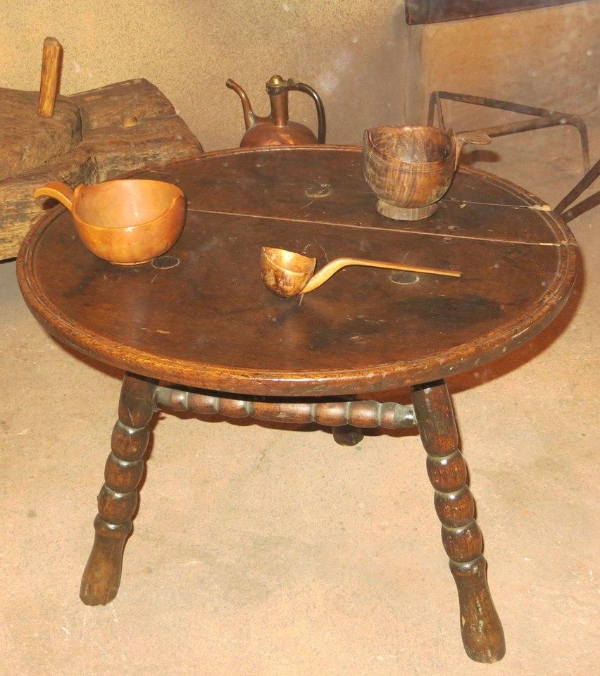 Анэ – традиционный трехногий столик у адыгов