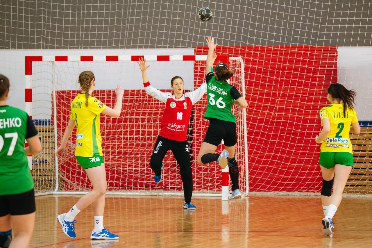 Гандболистки Адыгеи провели два домашних матча молодежного первенства России