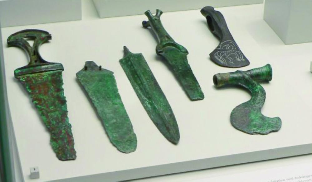 Майкопские металлурги и ремесленники-кузнецы отправляли медь в соседние районы Северного Причерноморья, Подонья и Поволжья