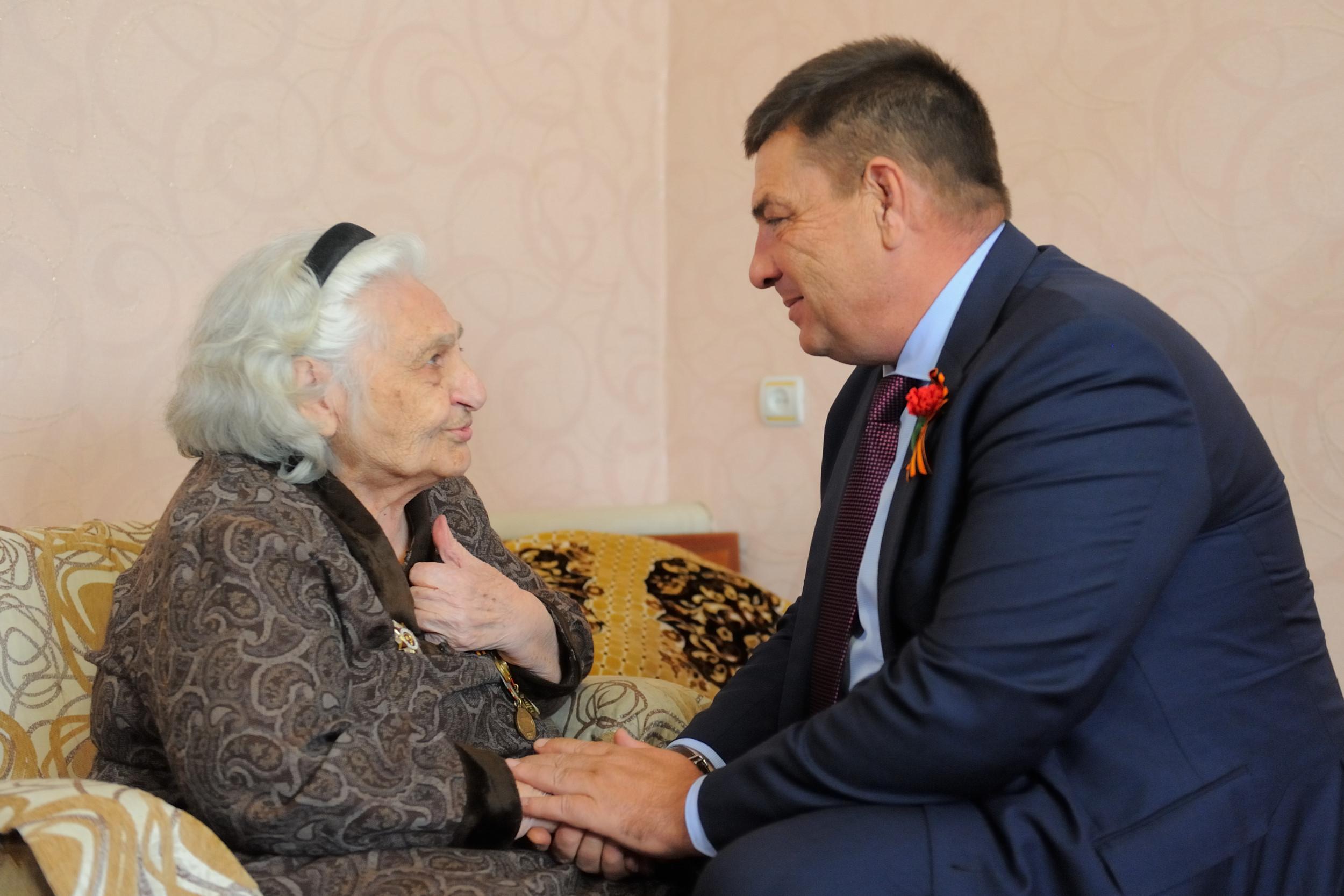 Мэр столицы Адыгеи поздравил с Днем Победы фронтовиков