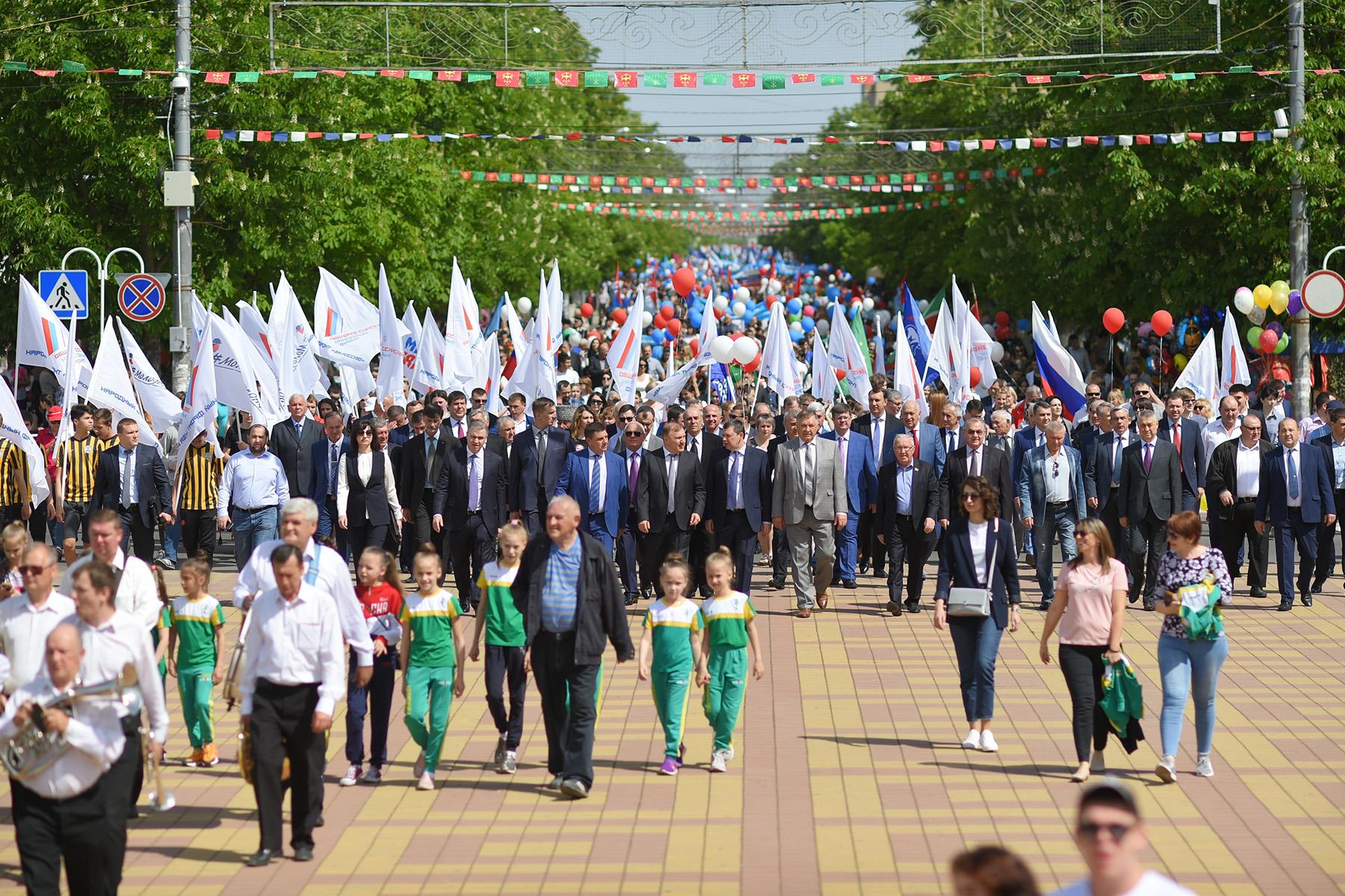Более 7 тысяч человек приняло участие в праздничной демонстрации в столице Адыгеи