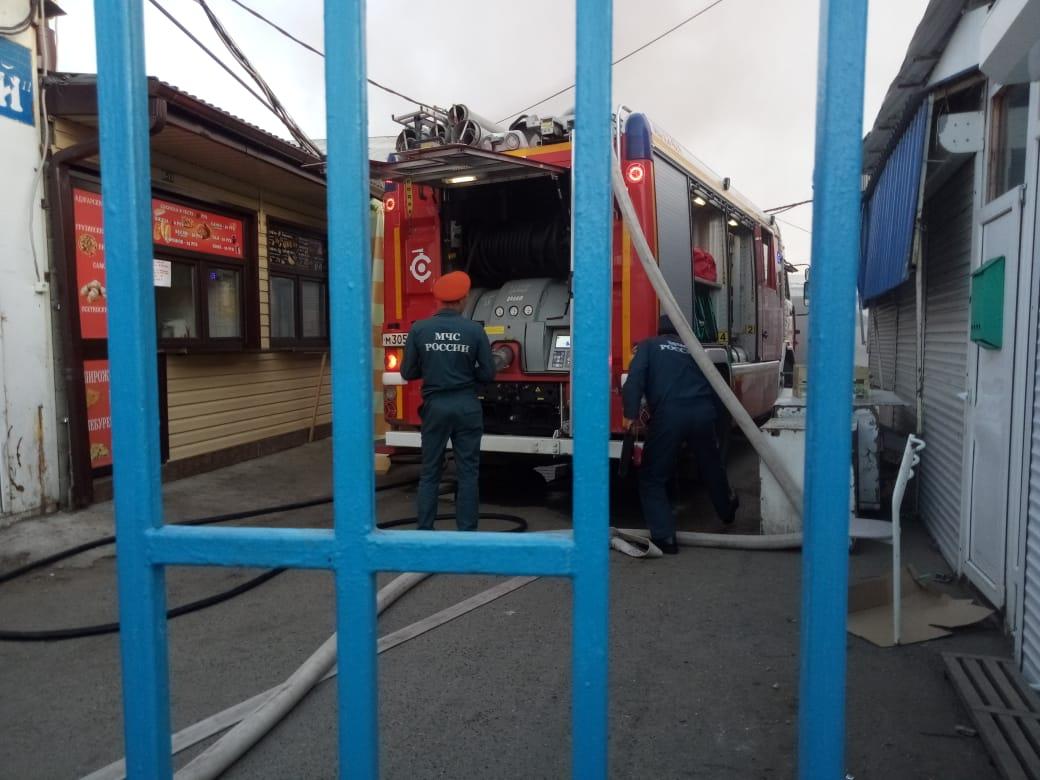 Сотрудники МЧС устанавливают причину пожара на Центральном рынке в Адыгее