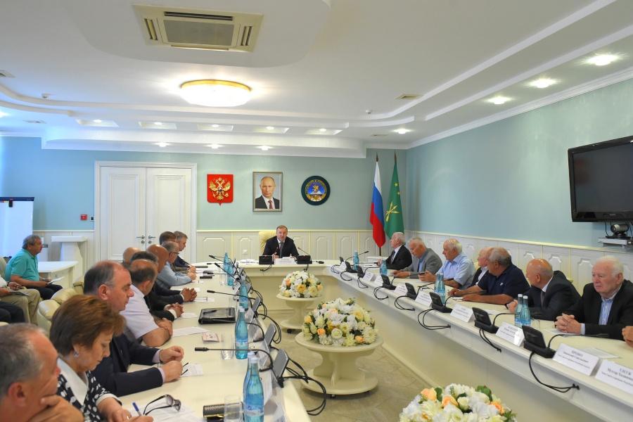 Глава Адыгеи принял участие в заседании Совета старейшин республики