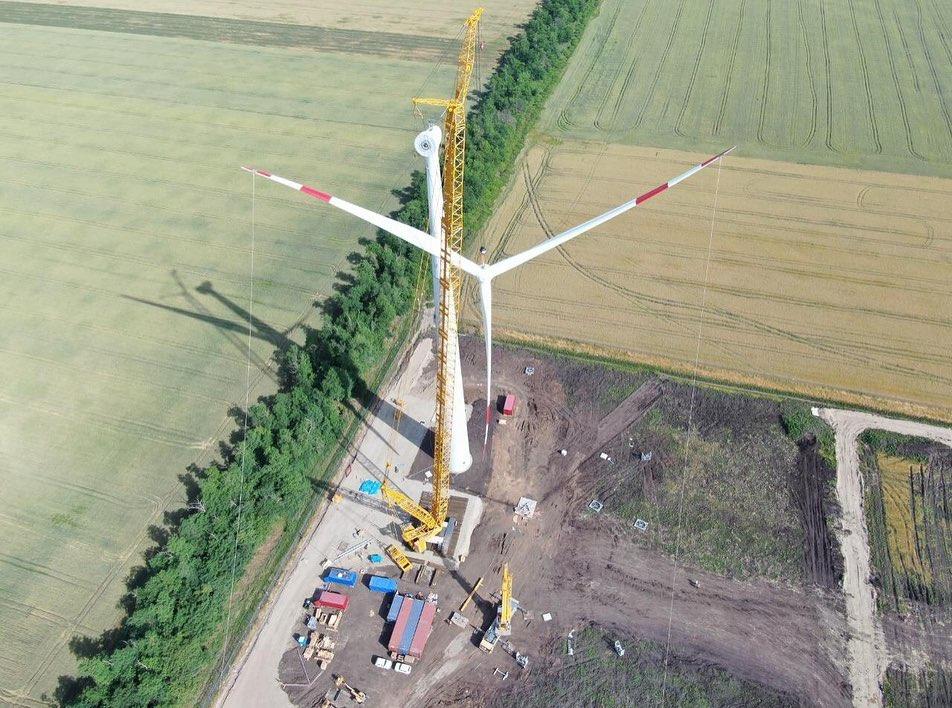В Адыгее установили первые башни самого мощного в России ветропарка