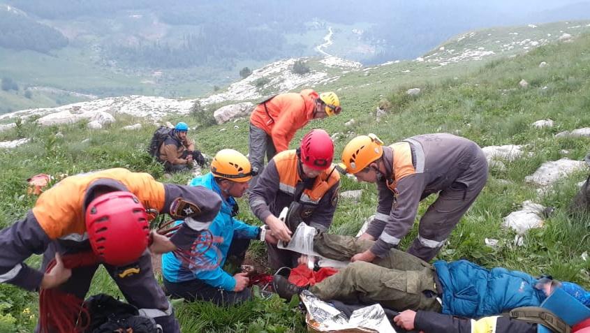 В Адыгее спасатели эвакуировали с Фиштинского ледника пострадавшего туриста