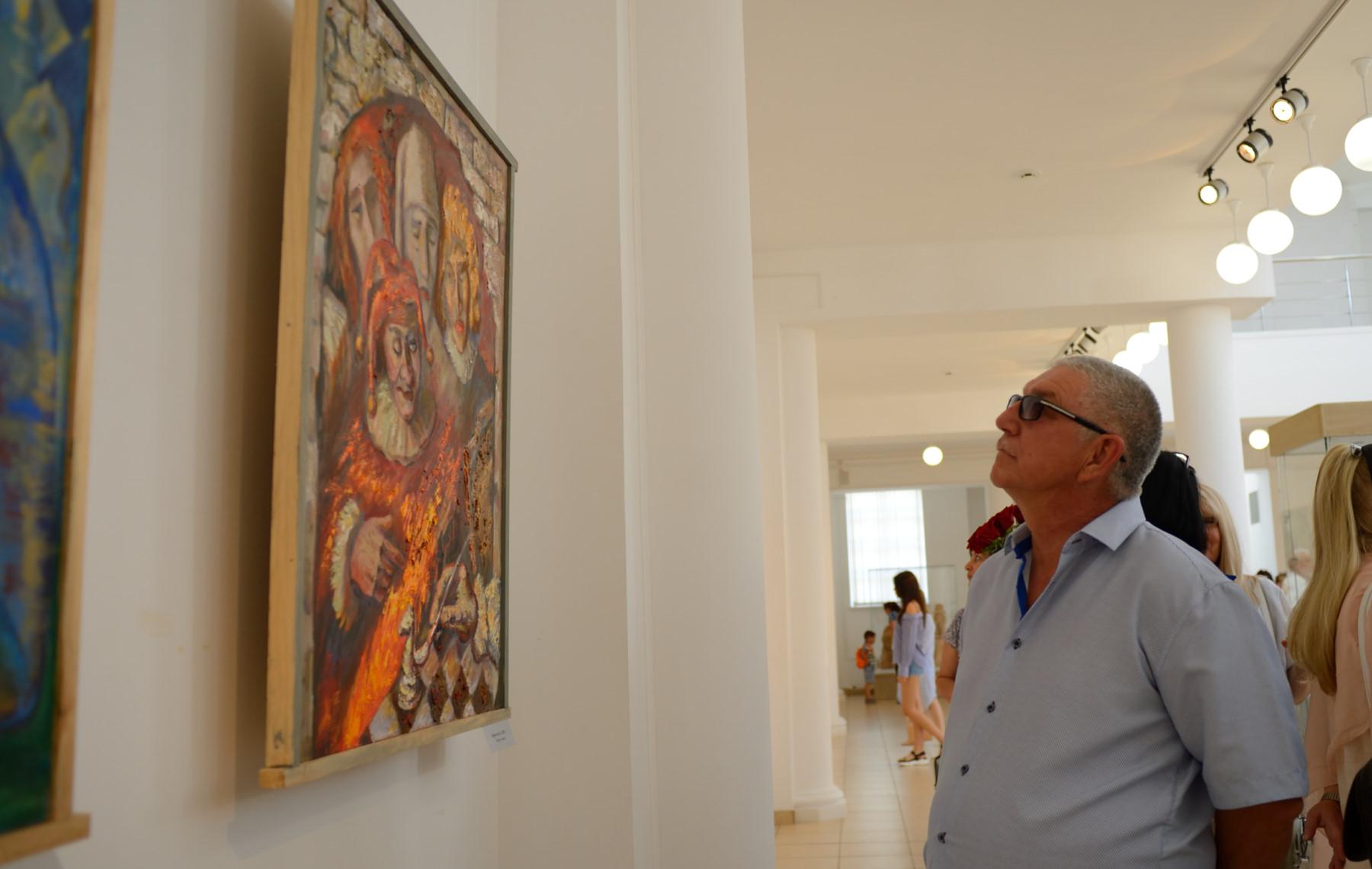 В Адыгее начала работу выставка майкопского художника «Территория – 64»