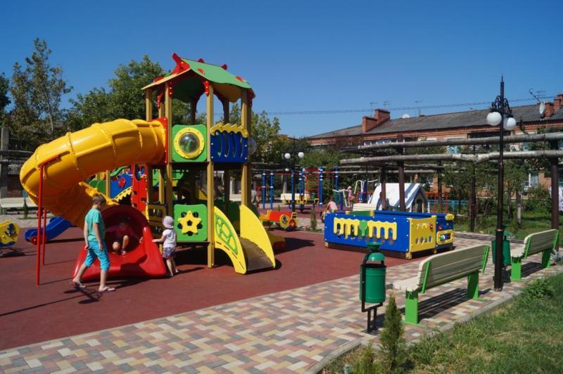 Новый детский игровой мини-городок появился в поселке Яблоновском Адыгеи