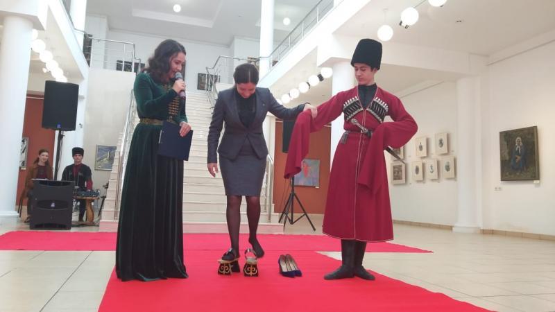 Журналистам-участникам пресс-тура по Адыгее разрешили примерить национальную княжескую обувь