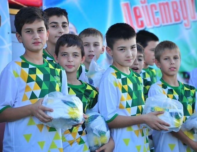 Футбольный клуб «Дружба» подарил около сотни мячей подшефной спорт-школе в Адыгее