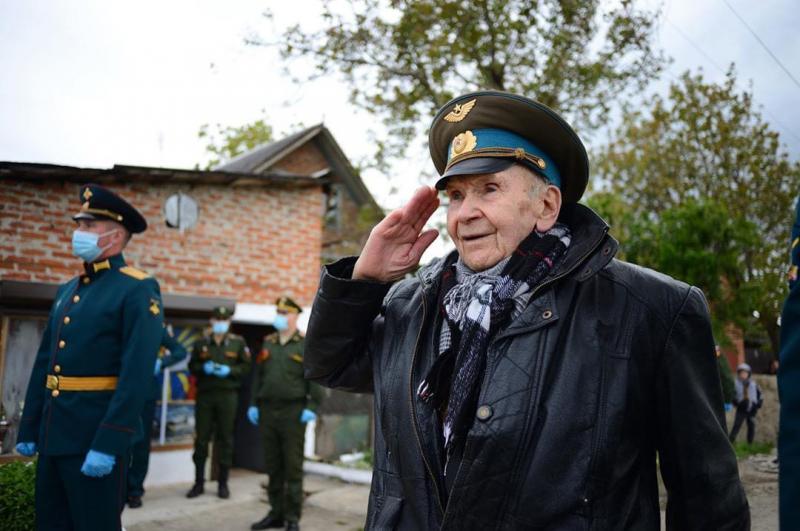 """""""Для меня такой подарок устроили! Я весь парад выстоял, как положено!"""" - ветеран Валентин Жуков о праздновании 9 мая"""