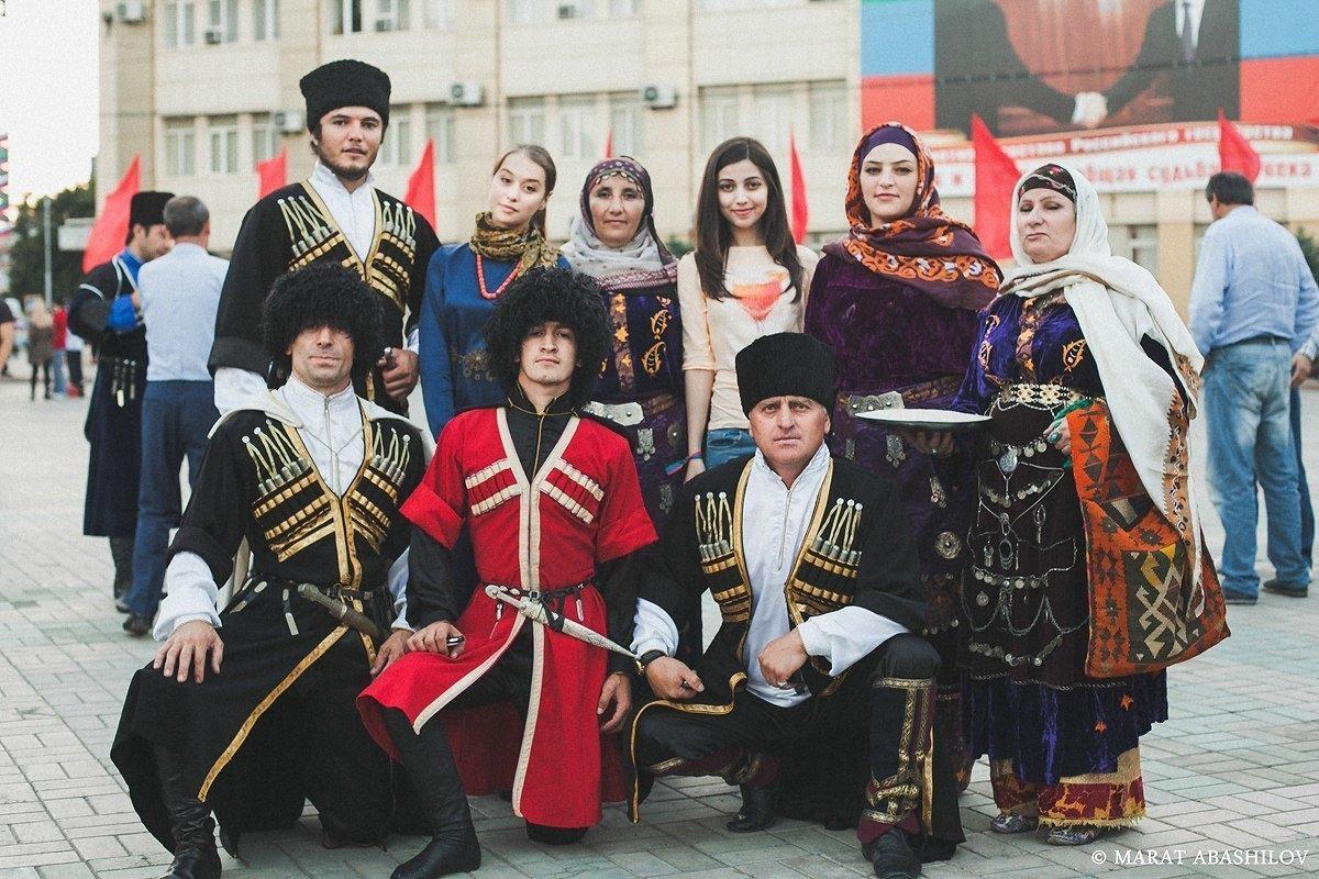 Какие народы живут на Кавказе и на каких языках разговаривают?