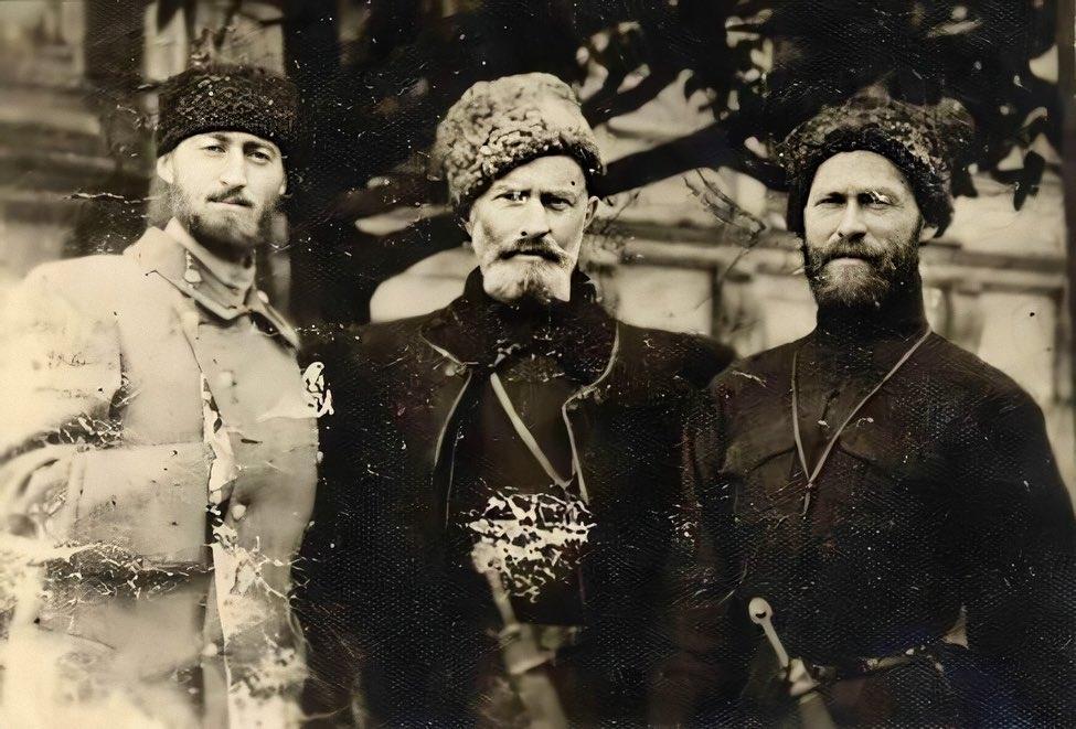 Беязит Гирей (слева) со своими братьями Сабит Гирей и Кылыч Гирей