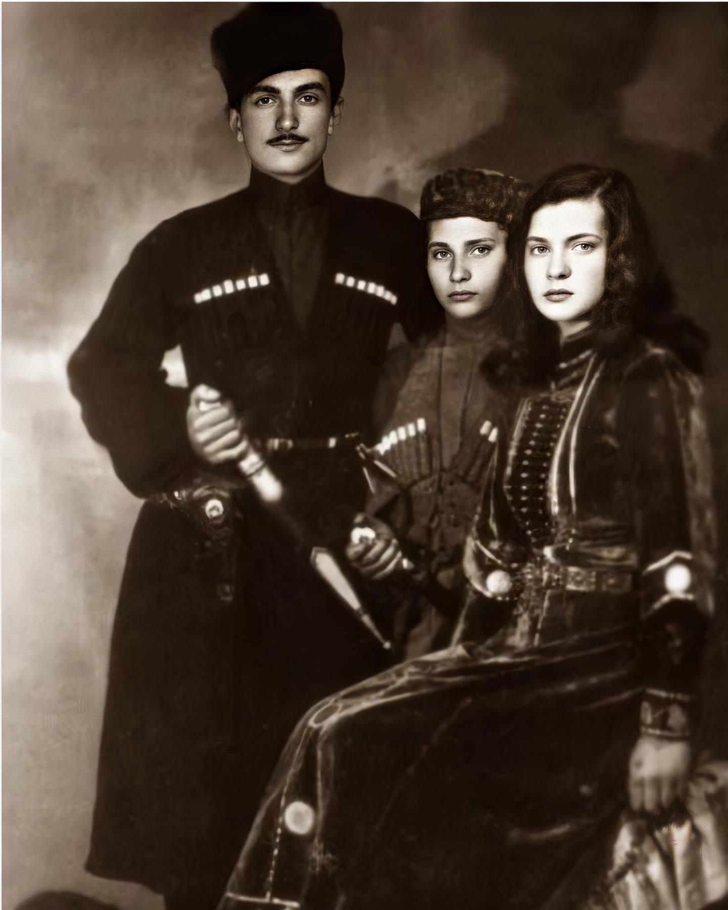 Генерал Исмаил Беркок и его дети . Турция