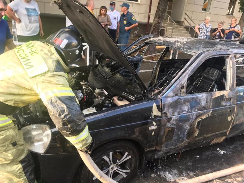 Легковая машина загорелась в центре Майкопа