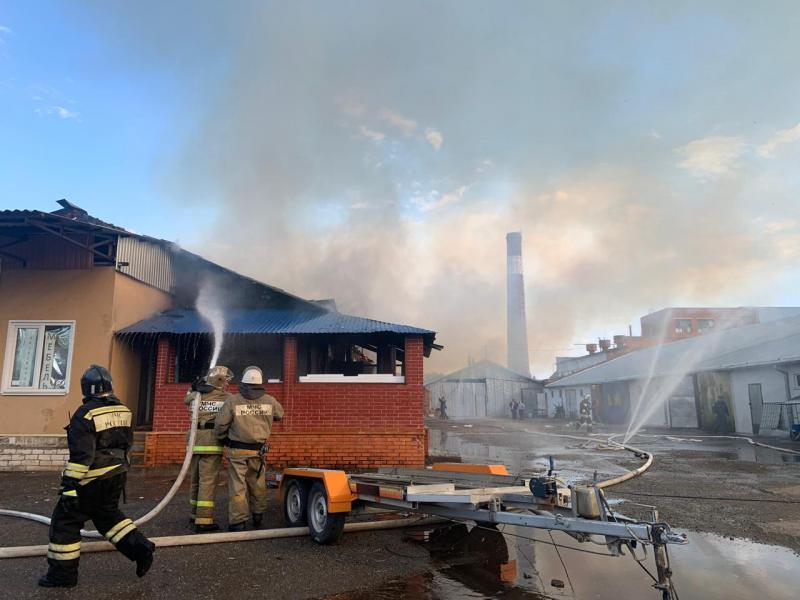 Пожарные ликвидируют огонь на кровле мебельного цеха в Адыгее