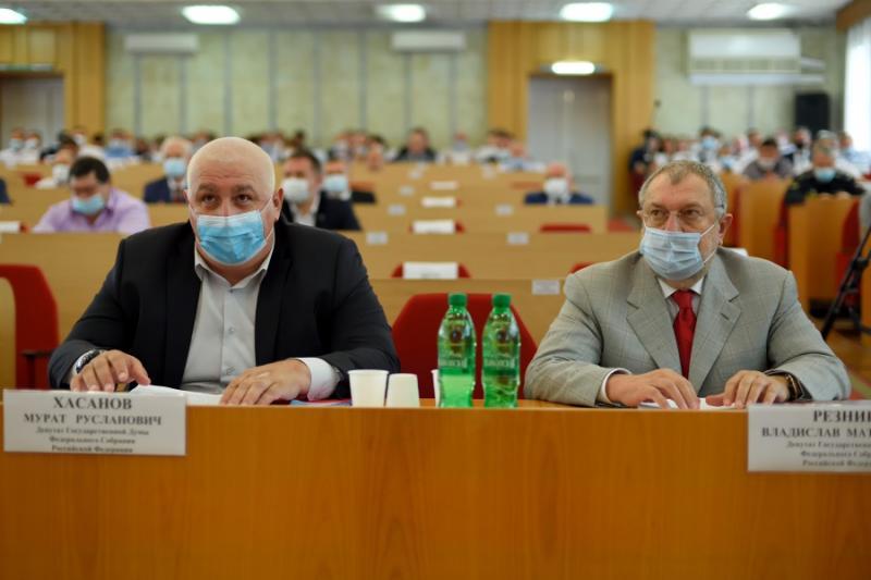 Депутаты Госдумы РФ от Адыгеи Владислав Резник и Мурат Хасанов представили отчёты о работе за 5-летний период